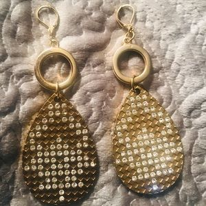 Jewelry - Gold earrings with sparkle!